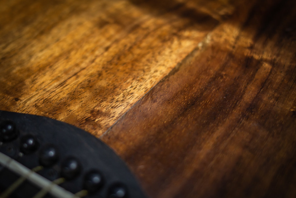 Split middle seam on the back of an acoustic guitar