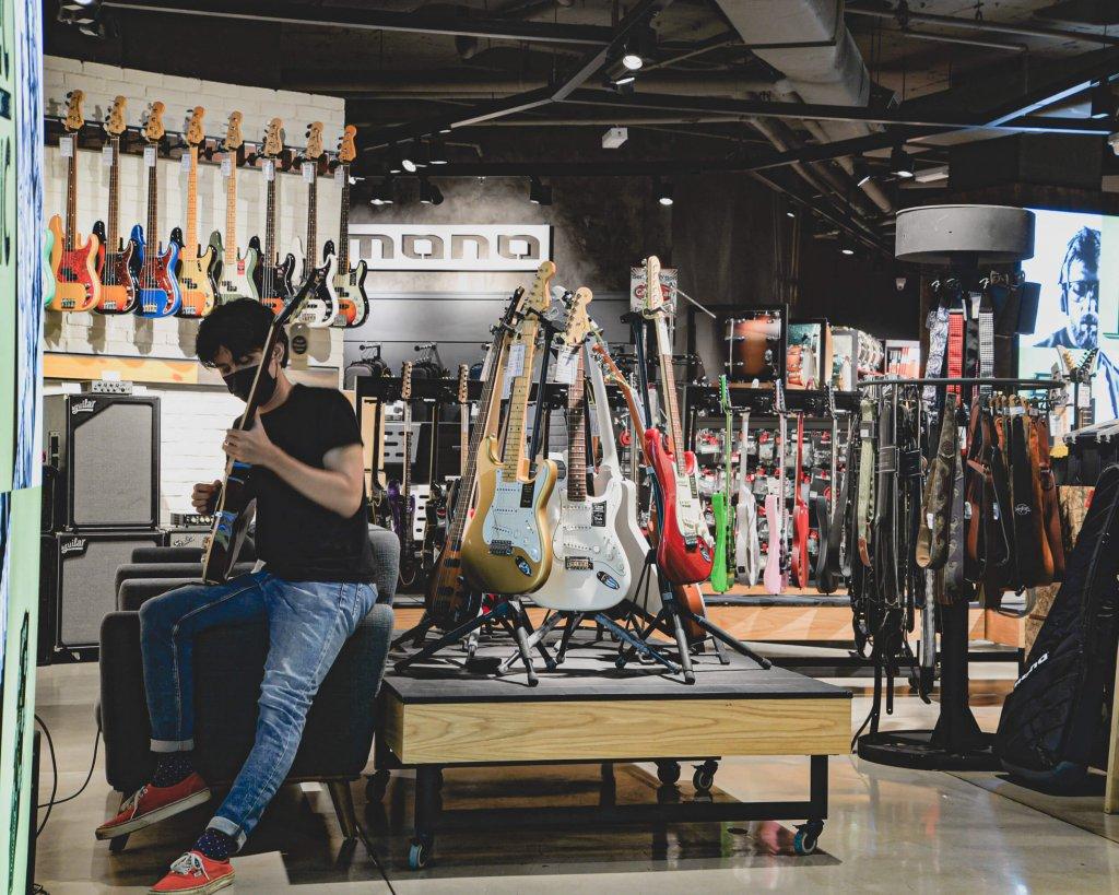 Guitar playing at Swee Lee Lot 10 in Kuala Lumpur